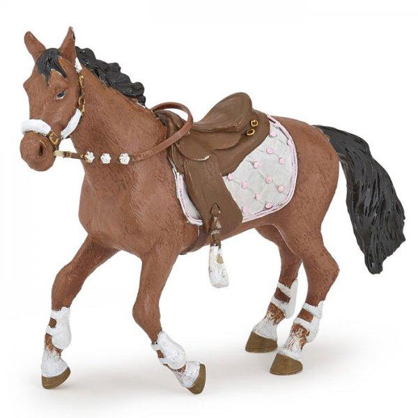 Pferd zur Reiterin im Winter